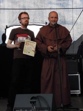 ARTur Szudrowicz wręcza dyplom Browarowi na Jurze