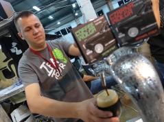 Darek Doroszkiewicz (Artezan) leje kawową wersję Czarnej Wołgi