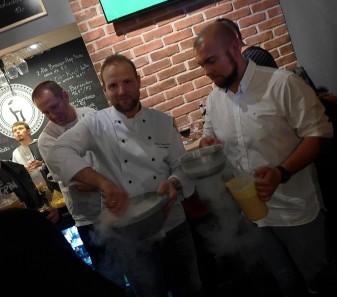 Kucharz Marcin Jabłoński zaserwował mrożone azotem piwne lody