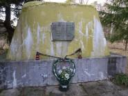 PRL-owski obelisk przy obozowym ogrodzeniu