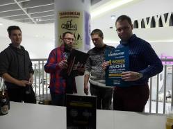 Artur Napiórkowski wręcza nagrody w imieniu Qufel Beer Park